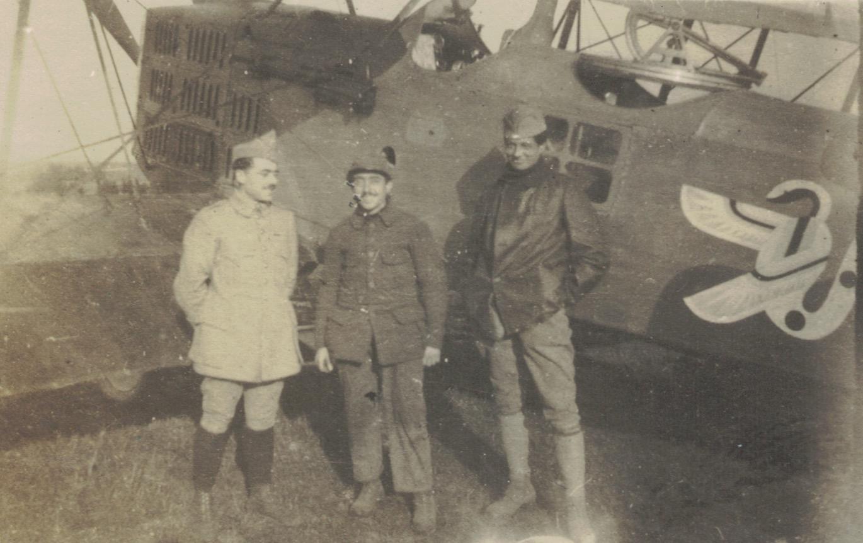 Lucien, Pierre et Henri Liotard, devant un avion de l'escadrille 107 (l'emblème est un serpent ailé)