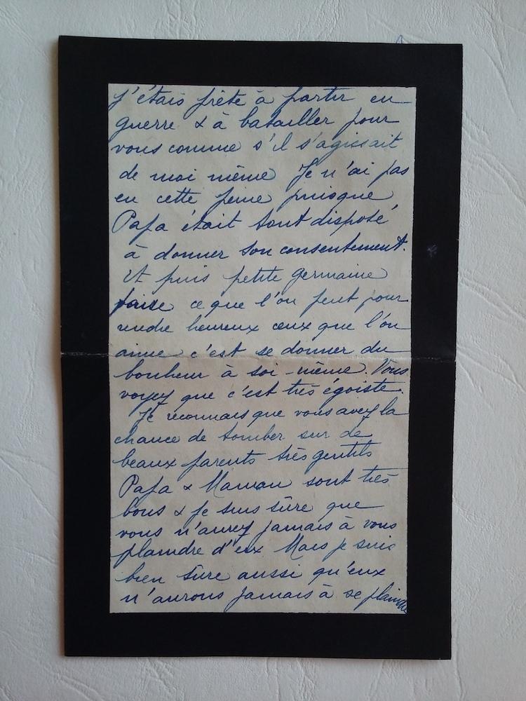 Suzanne utilise un papier à lettre de deuil. Elle a perdu sa grand-mère le mois dernier.