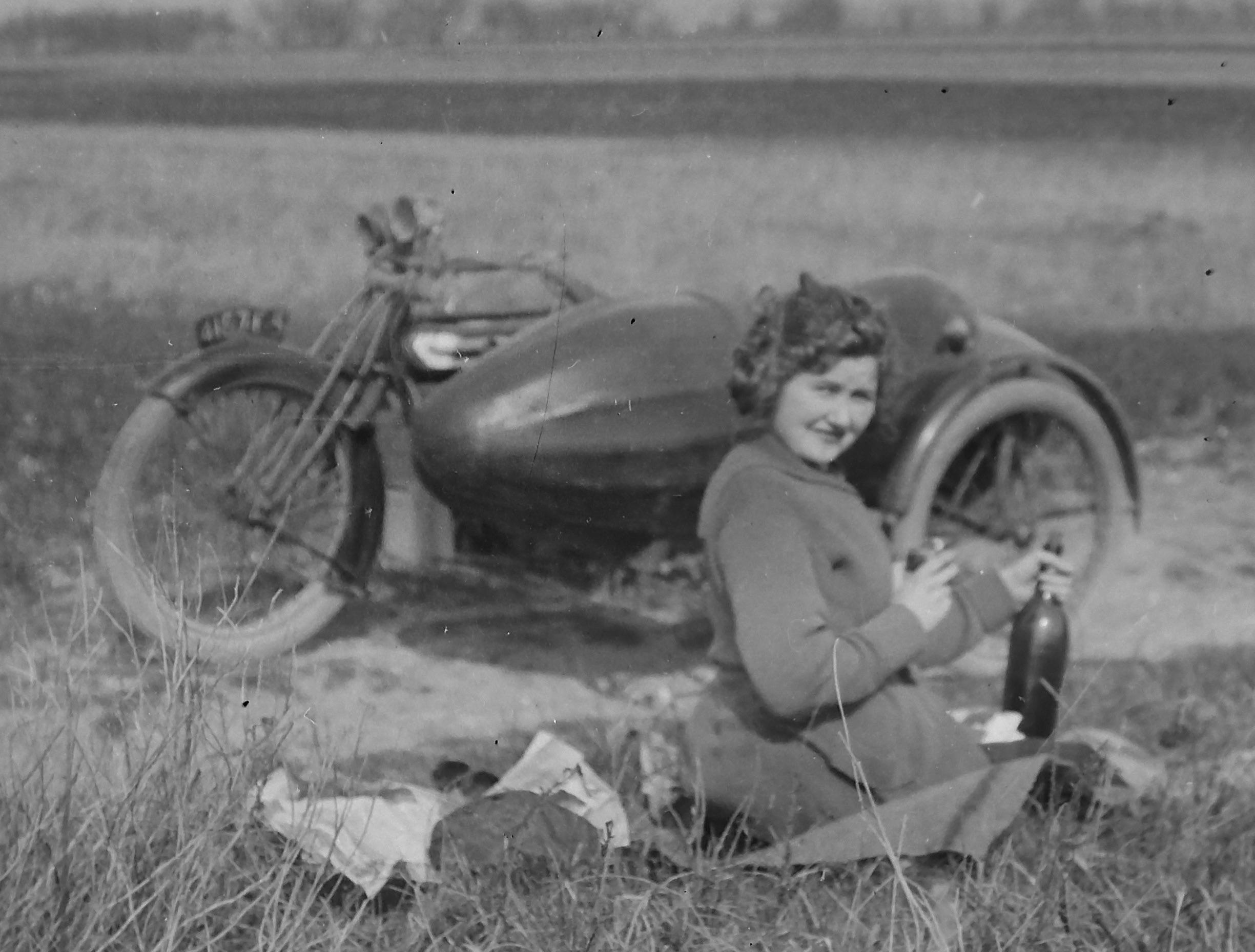 Germaine et la moto de Lucien